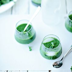 Mint cocktail with spinach and mango