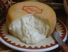 ¿Alguien tiene un poco de pan? Torta de La Serena, el mejor queso elaborado con leche de oveja merina. Te contamos su historia y elaboración: http://ibericoscontreras.com/blog/historia-y-elaboracion-del-queso-de-la-serena.html