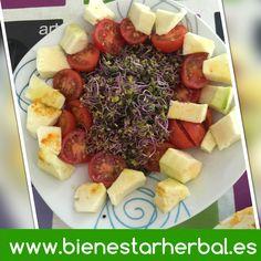 """Las ensaladas con color... brotes de col lombarda con tomates cherry y calabacín. Deliciosa y natural forma de """"engrasar"""" el estómago antes de la comida.  #comer #comersano #recetadeldia #recetas #dietas #salud #saludable #comerbien #vegan #vegano #dietavegana #vegetariano #tomate"""