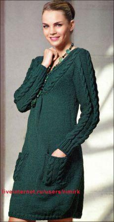 Зеленое платье с рельефными косами и карманами от итальянских модельеров (спицы)