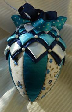 Vajíčko č. Quilted Christmas Ornaments, Christmas Ribbon, Beaded Ornaments, Christmas Baubles, Handmade Christmas, Pinecone Ornaments, Ball Ornaments, Quilted Fabric Ornaments, Styrofoam Crafts