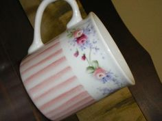 pinturas em porcelana - Google Search China Tea Cups, China Painting, Chocolate Pots, Pictures To Paint, Teacups, Painting Techniques, Cup And Saucer, Tea Pots, Projects To Try