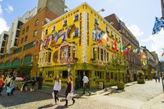 Dublín (Irlanda) La capital de Irlanda es una ciudad joven (más del 40% de la población tiene menos de 30 años). Tiene aspecto de gran metrópoli pero en muchos aspectos mantiene el espíritu de una pequeña ciudad en la que todos se conocen, o si no, todos pueden conocerse en torno a una buena jarra de Guinness, la cerveza dublinesa por excelencia.