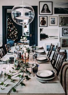 Vi åt lunch hos oss på julafton och jag snurrade ihop en dukning med trädgårdens murgröna och faster Brittas små snapsglas.    Om du letar efter en gåva att ge ett brudpar eller någon som...