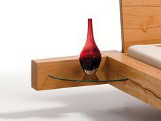 Balkenbett_Nachttisch_Anstecktisch_Klarglas Barrel Furniture, Wood Furniture, Modern Furniture, Furniture Design, Modern Wood Bed, Modern Bedroom, Small Bedroom Storage, Bedroom Bed Design, Diy Bed Frame