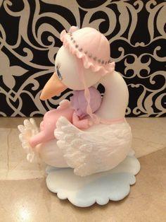 Cigüeña de porcelana en frío con una bebita
