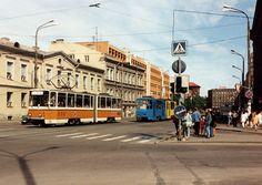 Trammid 124 (Gera värvides) ja 87 Narva  maantee alguses, vaade praeguse Viru keskuse nurgalt. Foto: TTTK muuseum, 1996