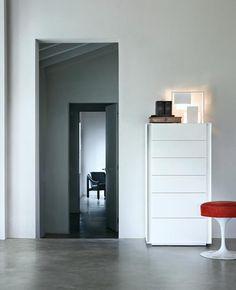 Luna è una cassettiera alta con sei cassetti e un design minimale e sobrio. Disponibile in diversi colori e finiture.