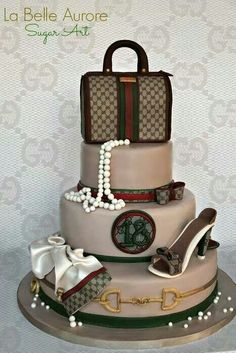 Love shoes and handbags? Prepare to be amazed by these fashionable and luxury cake and cupcake creations. Marc Jacobs purse cake by Andrea's SweetCakes. Bolo Gucci, Gucci Cake, Chanel Cake, Gucci Gucci, Unique Cakes, Creative Cakes, Gorgeous Cakes, Amazing Cakes, Fondant Cakes