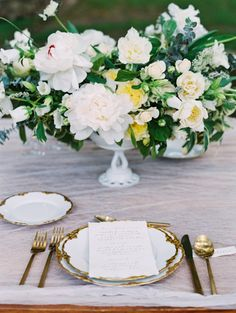 Wedding table gorgeousness with a fluffy centerpiece: http://www.stylemepretty.com/2016/08/04/elegant-modern-white-wedding-inspiration/ | Photography: Sara Weir - http://www.saraweirphoto.com/