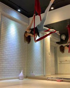 演出完居然忙到沒時間上課😂 一晃眼就半個月過去了😱😱😱 今天的招看起來很威風耶! 這個姿勢如果在地板上手平衡就更威風啦😂😂😂😂😂 試了很多次才成功的新招!紀錄一下囉!ending pose 代表今日的心情😭 #VAerial #空瑜天后 #aerialyoga… Aerial Hammock, Aerial Dance, Aerial Silks, Aerial Yoga, Yoga Poses, Chill, Dancer, Clouds, Ceiling Lights