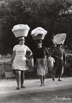 Lavadeiras - vintage Portugal by Anibal Sequeira Algarve, Old Photos, Vintage Photos, History Of Portugal, The Things They Carried, Portuguese Culture, Visit Portugal, World Cultures, Women In History