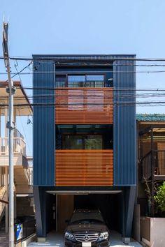 名古屋市昭和区南山でラウムハウス(株)ニシベが設計施工した作品事例です。屋上ルーフバルコニーとビルトインガレージのある狭小3階建て住宅です。3階リビングは天井の高い勾配天井で鉄骨階段から屋上につながります。