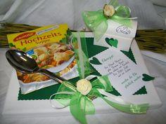 """**Geldgeschenk """"Hochzeitssuppe"""" grün**  Lieferumfang:  1 x Keilrahmen 24 cm x 18 cm mit grünem Bastelkarton 1 x Eine Hochzeitsuppe (Hersteller variiert) 1 x Suppenlöffel silber (Kunststoff) 1..."""