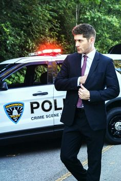 #BowLeggedBeaty Dean Winchester as a FBI Agent // in a suit