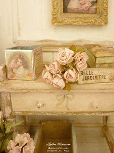 Bouquet miniature de six roses roses dans une boîte en métal, Accessoire pour maison de poupée française à l'échelle 1/12 by AtelierMiniature on Etsy