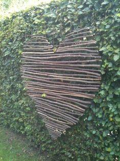 Wooden heart - Garden art --- Hart gemaakt van takken van een hazelnoot. Samengebonden met ijzerdraad. #GardenArt