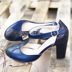 La chose bleue de la mariée... la voici! Cet escarpin Salomé à personnaliser selon vos envis sera parfait pour votre mariage de rêve ! Avec ou sans paillette, en velours ou en cuir lisse... Personnalisez votre chaussure de mariage pour le plus beau jour de votre vie ! Bleu Marine, Voici, Parfait, Mary Janes, Character Shoes, Dance Shoes, Flats, Fashion, Custom Shoes