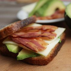 Pečeni sendvič sa avokadom, sirom i slaninom
