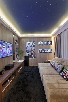 Multimedia room in the style of Arquiteto Aquiles Nícolas Kílaris The post 23 Ideas for Furnishing a Small Living Room appeared first on Trendy. Salas Home Theater, At Home Movie Theater, Home Theater Speakers, Home Cinema Room, Home Theater Rooms, Living Room Theaters, Light In, Game Room Design, Home Movies