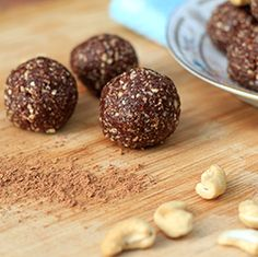 Healthy delicious sugar-free brownie-like bliss balls that take only a few minutes to make. Healthy Food Blogs, Good Healthy Recipes, Unique Recipes, Vegan Recipes Easy, Raw Food Recipes, Healthy Snacks, Raw Vegan Brownies, Raw Vegan Desserts, Sugar Free Brownies