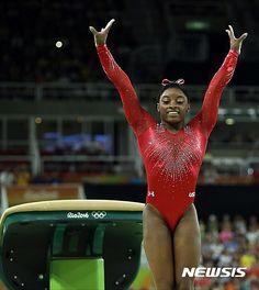 【리우데자네이루(브라질)=AP/뉴시스】 미국 시몬 바일스가 15일(한국시간) 브라질 리우 바하 올림픽 아레나서 열린 2016 리우데자이네루 올림픽 여자 기계체조 도마 결승전에서 연기를 펼치고 있다. 2016.08.15.