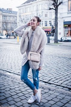 Oversized shirt, crew neck sweater, distressed jeans, faux fur stole and sneakers Faux Fur Stole, Weird Fashion, Net Fashion, Street Fashion, Winter Looks, Winter Style, Winter Wonder, Oversized Shirt, Street Style Women