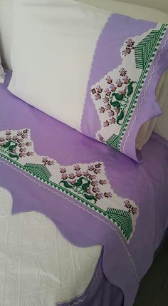 Cross Stitch Borders, Bed Spreads, Needlepoint, Pillow Cases, Diy And Crafts, Textiles, Embroidery, Pillows, Baby Quilts
