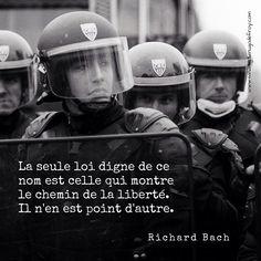 """""""La seule loi digne de ce nom est celle qui montre le chemin de la liberté. Il n'en est point d'autre."""" Richard Bach [Ref:2006-03-23_antiCPE_00011_47] CRS lors des manifestations anti-CPE #Policenationale #policier #CRS #MO #manifestation #bouclier #bw #bnw #citation #citationdujour #Bach"""