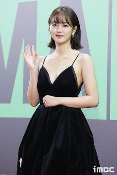 Kim So Hyun Attends 2019 Melon Awards in Black Gown with Gold Applique Border Kim So Hyun Fashion, Korean Fashion, Kdrama, Afro, Kim Sohyun, Korean Celebrities, Beautiful Asian Women, Korean Actresses, Korean Beauty