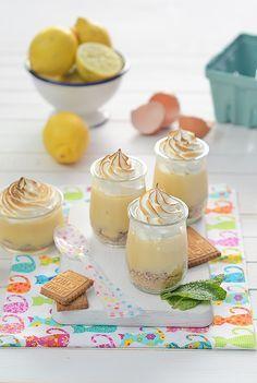 Tarta de limón en vasitos Dessert Shots, Dessert Cups, Dessert Recipes, Delicious Desserts, Yummy Food, Small Desserts, Party Finger Foods, Cakes And More, Sweet Recipes