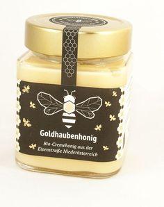 Bio-Imkerei Fuchssteiner Bio-Goldhaubenhonig 380g - Den luftig, leichten Bio Goldhaubenhonig sammeln die Bienen mit Leidenschaft auf den Streuobstwiesen im Herzen des Mostviertels und der Eisenstraße. Mit ihrer Artenvielfalt stellen diese Wiesen ein vielfältiges Nektarangebot dar. Das Besondere des Bio Cremehonigs ist das Rühren des Honigs bis er seine cremige Konsistenz bekommt und diese auch behält. #goldhaubenhonig #honig #biohonig #cremehonig #rundumdiebiene #fuchssteiner… Candle Jars, Candles, Creme, Gold, Hoods, Passion, Bees, Products, Candle Mason Jars