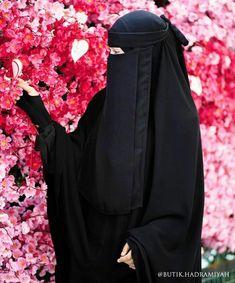 """Musa Akkaya, Has Olan Tesettür Bu örtü sadece bir bez parçası değildir, bu örtü ALLAH'ın sözüdür kardeşim, ALLAH'ın ayetidir. Bu ayeti üzerinde taşıdığının bilinci ya da bu ayeti üzerinde taşımanın vakti gelmedimi bacı kardeşlerim. """"Allahın ipine sımsıkı sarılın"""" Arab Girls Hijab, Muslim Girls, Muslim Women, Hijabi Girl, Girl Hijab, Hijab Outfit, Hijab Dpz, Black Abaya, Niqab Fashion"""