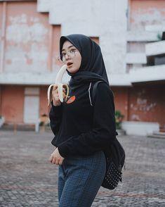 Bagikan New: Aunt Mey the Flower Widow Beautiful Hijab Girl, Beautiful Muslim Women, Arab Girls Hijab, Girl Hijab, Casual Hijab Outfit, Hijab Chic, Modern Hijab Fashion, Muslim Fashion, Cute Little Girl Dresses