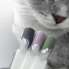 Nail art is a very popular trend these days and every woman you meet seems to have beautiful nails. It used to be that women would just go get a manicure or pedicure to get their nails trimmed and shaped with just a few coats of plain nail polish. Fancy Nails, Pretty Nails, Matte Nails, Acrylic Nails, Foil Nails, Foil Nail Art, Manicure E Pedicure, Nail Decorations, Nail Tutorials