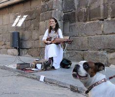LA MÚSICA DE ANA ALCAIDE (TOLEDO). ¿Conoceis la música de Ana Alcaide? Si paseáis por Toledo es muy probable que la encontréis tocando por la catedral o la juderia. Os recomendamos que os paréis a escucharla tocar su viola de teclas, un instrumento tradicional de origen sueco que nos transporta directamente a un tiempo pasado... ;)  Mas Info: http://www.anaalcaide.com/