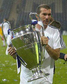 Com a o troféu da Liga dos Campeões de 2002. Esse foi o único título do craque na competição.