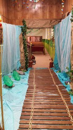 VBS Safari Jungle bridge with river under. Safari Party, Safari Theme, Jungle Theme, Luau Theme, Jungle Decorations, Party Decoration, School Decorations, Room Decorations, Vbs Themes