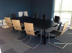 Show-room de Tradocorp (Afrique du Sud). Table LORCA et chaises HAMMOK