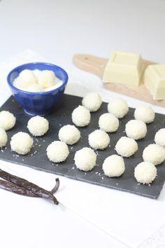 Con il loro ripieno al cioccolato bianco e aromatizzati alla vaniglia, i dolcetti di cocco sono una vera delizia che si sciolgono in bocca.  I dolcetti di cocco sono preparati con una base di panna e latte che, una volta pronti, vengono ricoperti con il cocco disidratato.