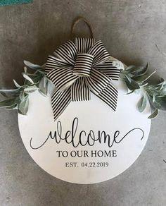 Wooden Door Signs, Wood Doors, Wood Signs, Holiday Crafts, Home Crafts, Diy Crafts, Welcome Signs Front Door, Cricut Craft Room, Diy Signs