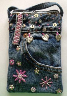 Blue Jean Purse with Glass Bead Handle long enough to cross over lined with neutral canvas fabric. Blue Jean Purses, Estilo Hippie, Denim Handbags, Denim Ideas, Denim Purse, Denim Crafts, Recycled Denim, Purses And Bags, Lv Bags