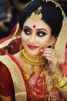 Bengali wedding makeup generally has big and bold eyes with shimmery eyeshadows and big kohl-lined eyes. The chandan design over the brows only adds to the beauty! Bengali Bride, Bengali Wedding, Punjabi Bride, Pakistani Bridal, Bridal Lehenga, Indian Wedding Couple Photography, Bridal Photography, Wedding Looks, Wedding Bride