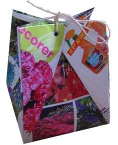 Voici une pochette cadeau en origami. Cette pochette est réalisée avec du papier de récupération comme les catalogues de fleurs ou les catalogues de vêtements. Cette pochette sera parfaite pour recevoi
