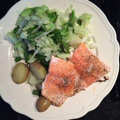 Dampet laks med friske kartofler og salat