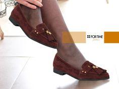 Zapato mocasín color burdeos con detalle de borla de FOR TIME