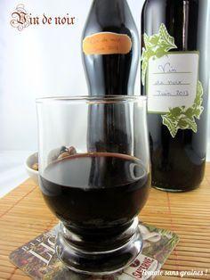 Vin de noix maison. Pour environ 5 L de vin de noix : 3,5 L de vin rouge (pas de la piquette hein, du pas trop mauvais quand même !) 700 g de sucre 1/2 L d'eau-de-vie à 40° 12 noix vertes Rincez les noix. Coupez-les en deux, puis chaque moitié en quatre. Mettez-les dans une bonbonne avec le vin, le sucre et l'eau-de-vie. Mélangez bien. Laissez macérer 40 jours à l'abri de la chaleur et en remuant de temps en temps avec une cuillère en bois.