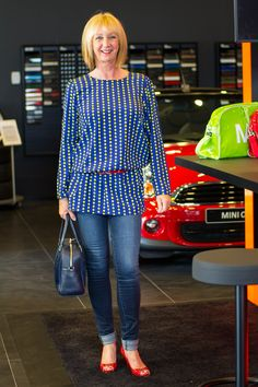 Skinny jeans, blue and yellow dress as tunic, red patent leather peeptoe shoes, blue Marina Rinaldi bag.