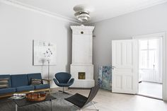 GE 290-3 sofa by Hans J. Wegner from Getama, PK61 sofa table and PK22 easy chair by Poul Kjærholm and Swan armchair by Arne Jacobsen from Fritz Hansen and PH 3½-2½ floor lamp and PH 6½-6 pendant lamp by Poul Henningsen from Louis Poulsen | Wallingatan 14, 2 tr ÖG, Vasastan-Norrmalm, Stockholm | Fantastic Frank