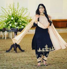 Party Wear Indian Dresses, Pakistani Fashion Party Wear, Designer Party Wear Dresses, Kurti Designs Party Wear, Pakistani Dress Design, Indian Designer Outfits, Indian Dresses Traditional, Fashion Infographic, Velvet Dress Designs